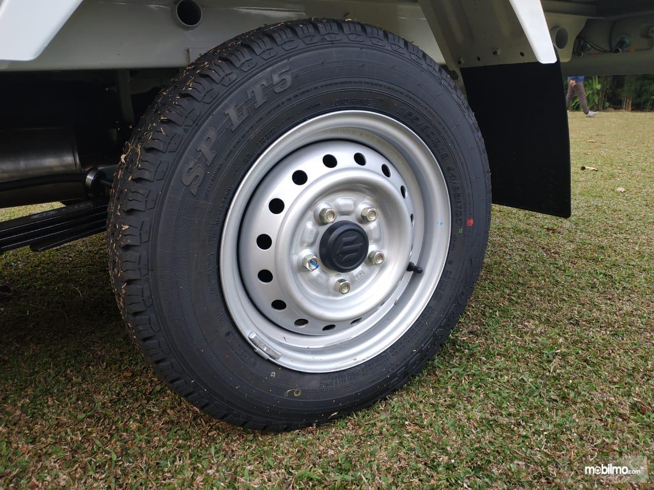 Gambar menunjukkan Ban dan pelek Suzuki Carry Pick Up 2019