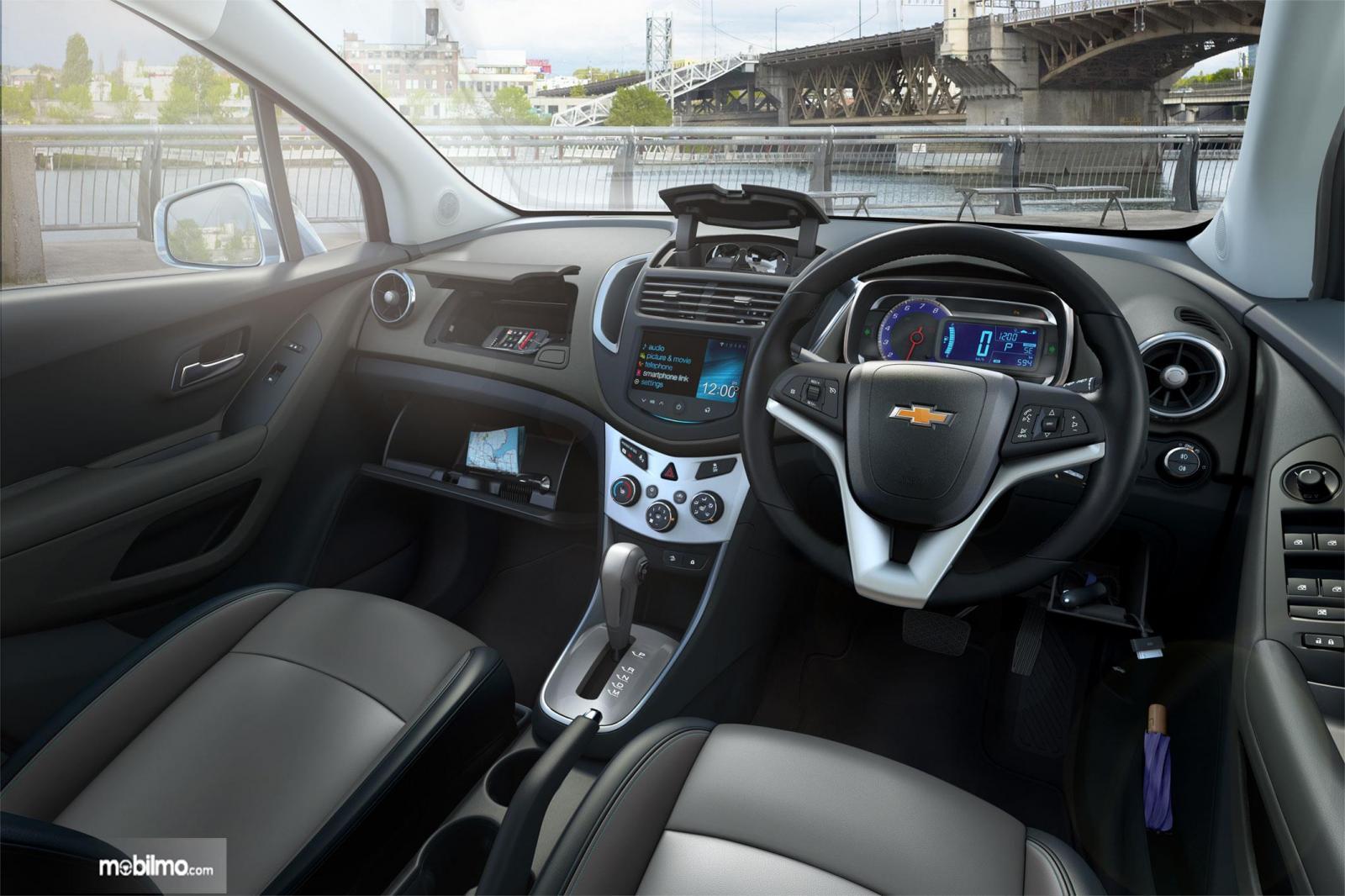 Dashboard Chevrolet Trax 2015 menghadirkan fitur-fitur yang lengkap dan mudah dioperasikan