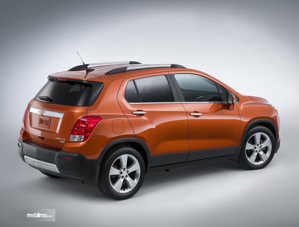 Eksterior Belakang Chevrolet Trax 2015 dilengkapi fitur Skid Plate, Rear Spoiler dan lampu Stop