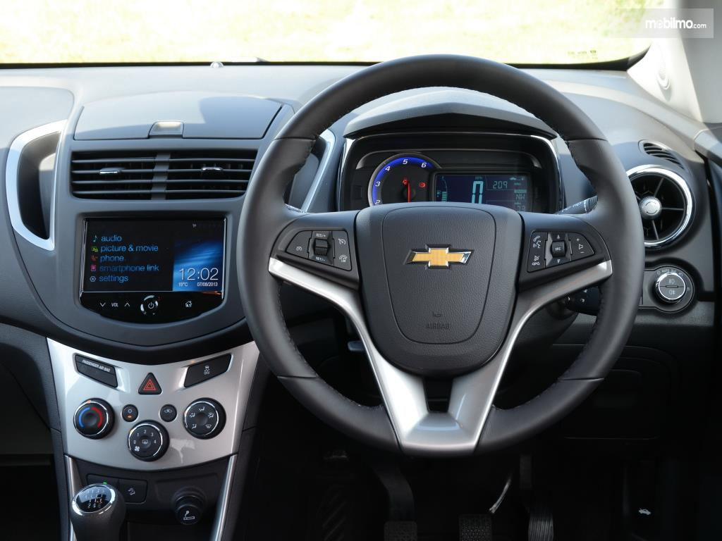 Setir Chevrolet Trax 2015 menggunakan model tiga palang dan dilengkapi tombol-tombol multifungsi