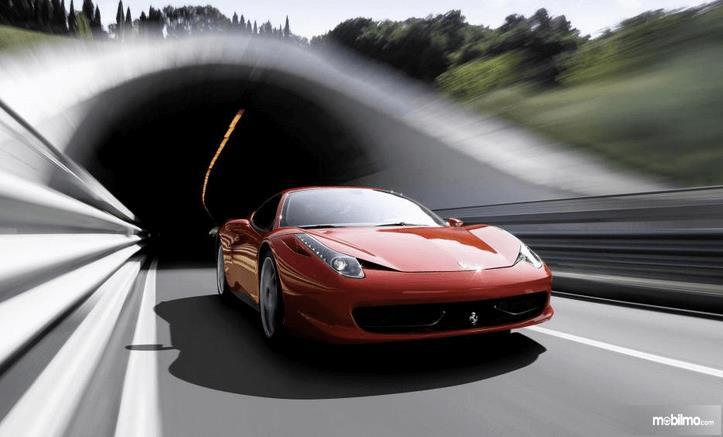 Gambar ini menunjukkan bagian depan mobil Ferrari 458 Italia