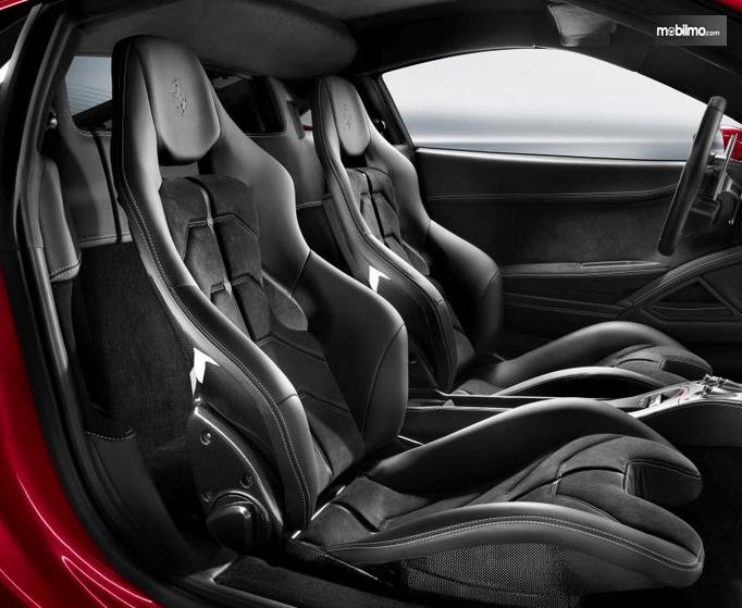 Gambar ini menunjukkan jok mobil Ferrari 458 Italia  bagian depan