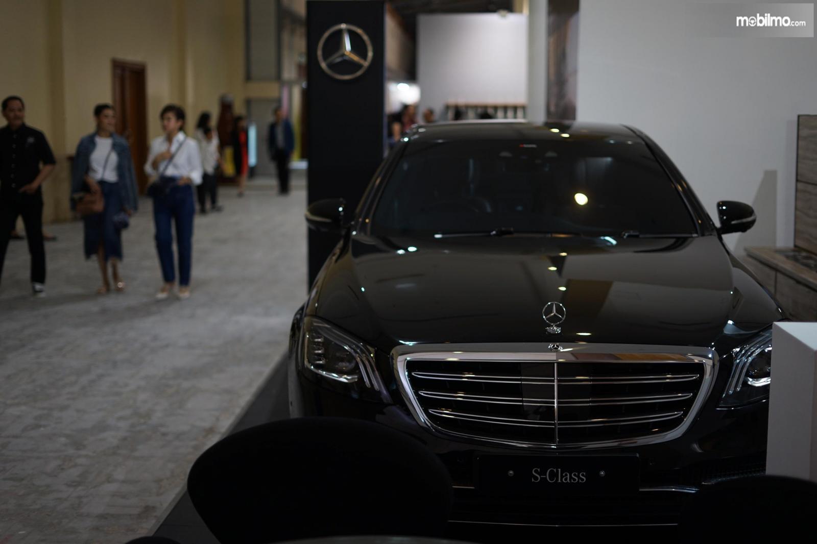 Foto mobil Mercedes-Benz selama Art Jakarta 2019
