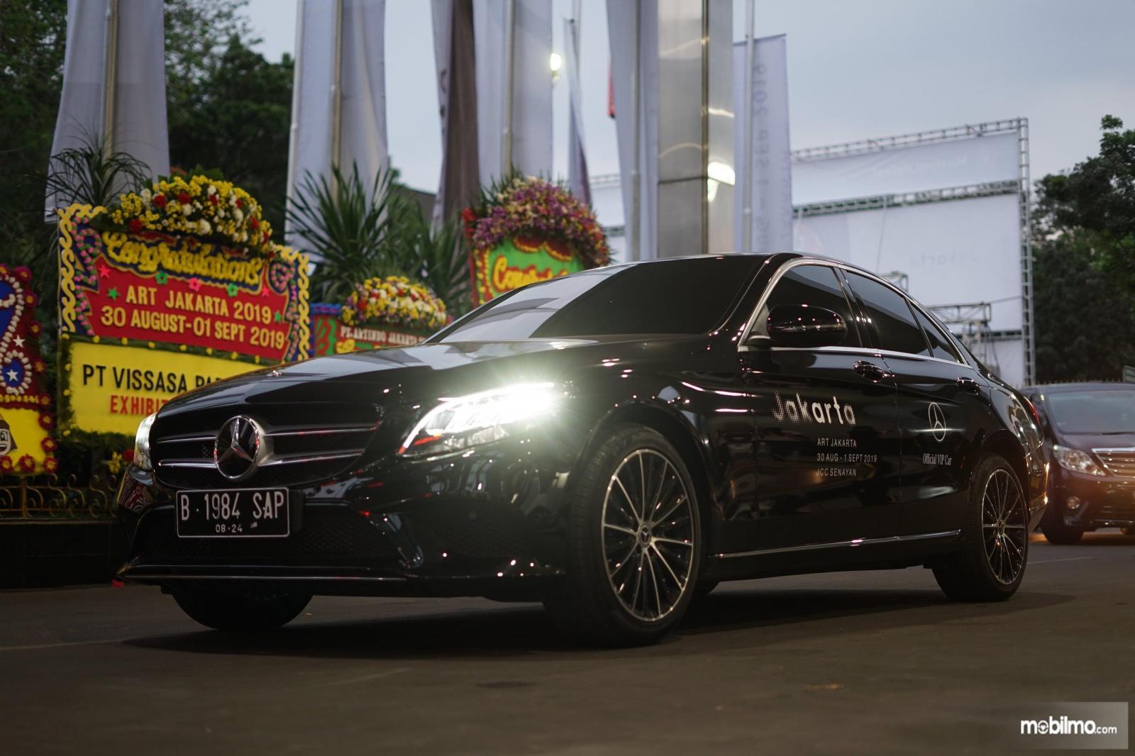 Foto mobil antar jemput Mercedes-Benz selama Art Jakarta 2019