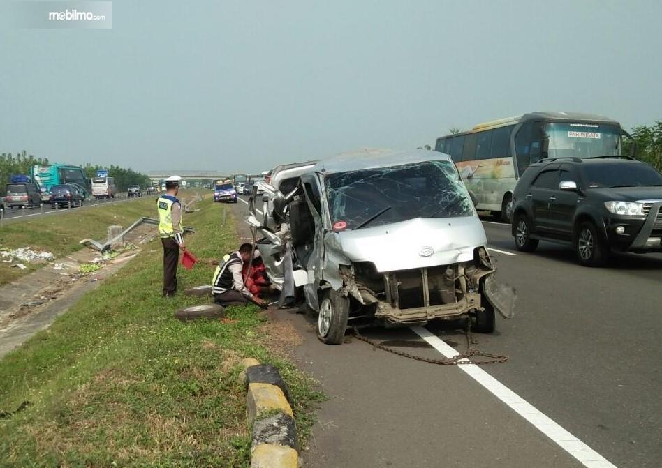 Foto Kecelakaan Daihatsu Gran Max di Jalan Tol Cipali, diduga sopir mengantuk