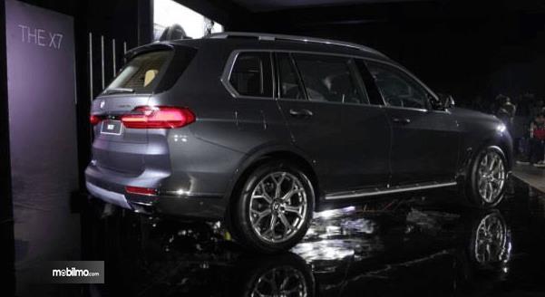 Gambar ini menunjukkan mobil BMW X7 The President tampak samping dan belakang