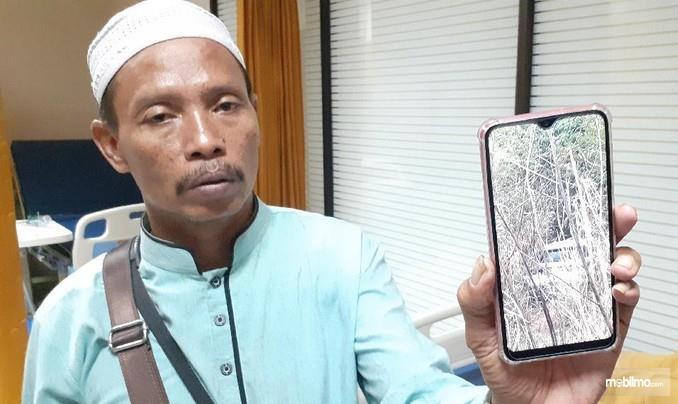 Suherman, korban selamat kecelakaan tol Cipularang, 2/9/2019 menujukkan foto mobilnya yang terjerembab ke jurang