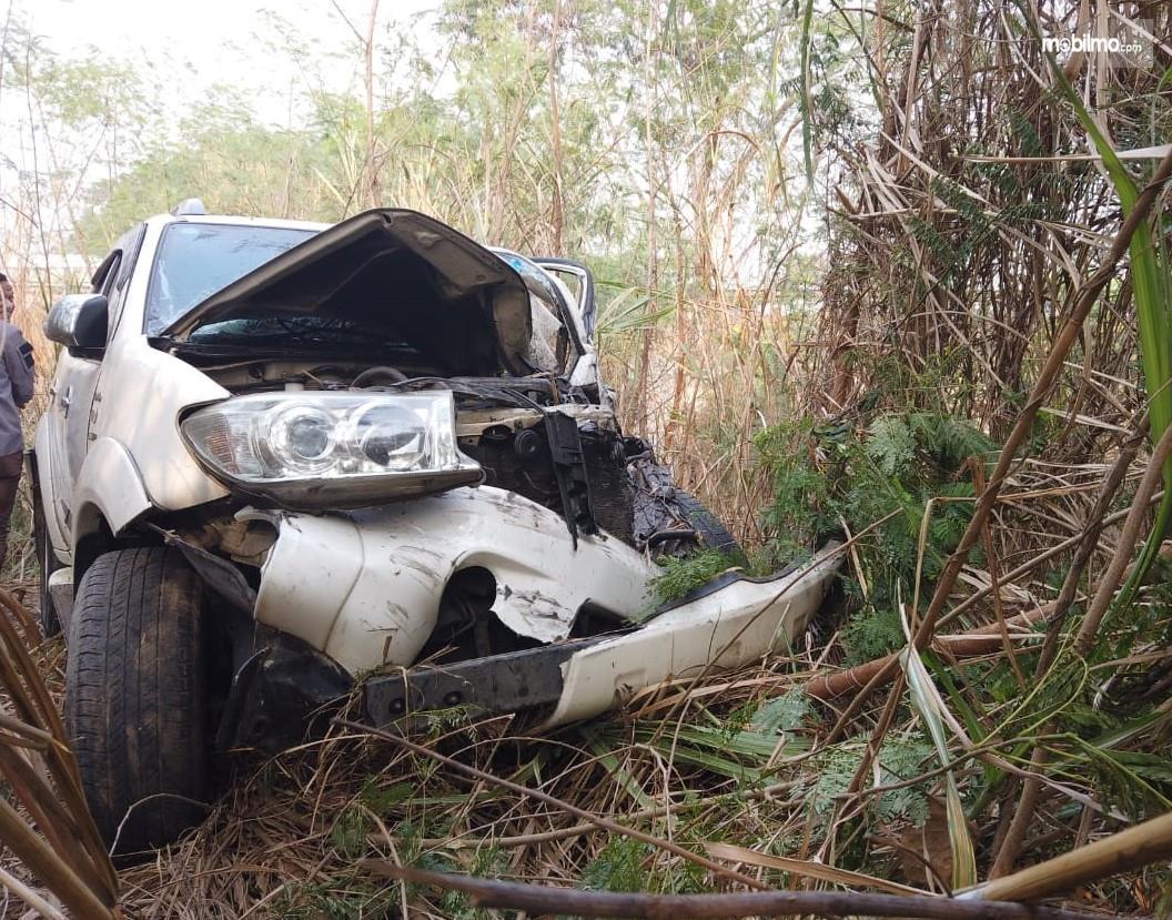 Foto Toyota Fortuner terjerembab ke jurang usai terlibat kecelakaan maut di tol Cipularang