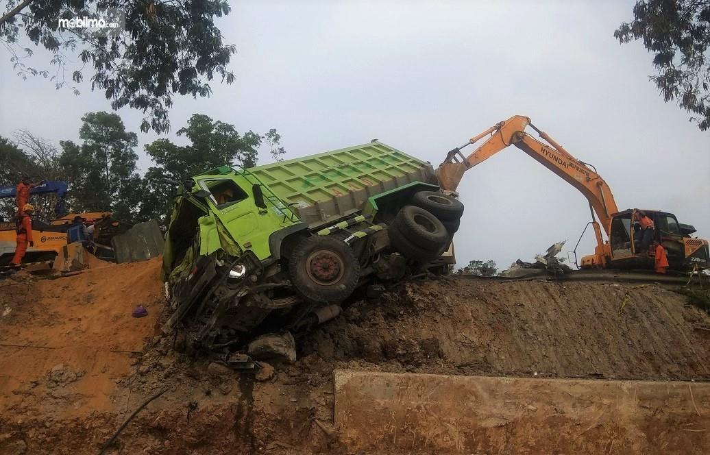 Foto memperlihatkan truk tanah yang jadi penyebab kecelakaan Tol Cipularang