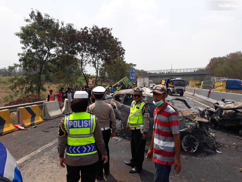 Foto sejumlah polisi mengamankan dan melakukan penyelidikan Kecelakaan di Tol Cipularang
