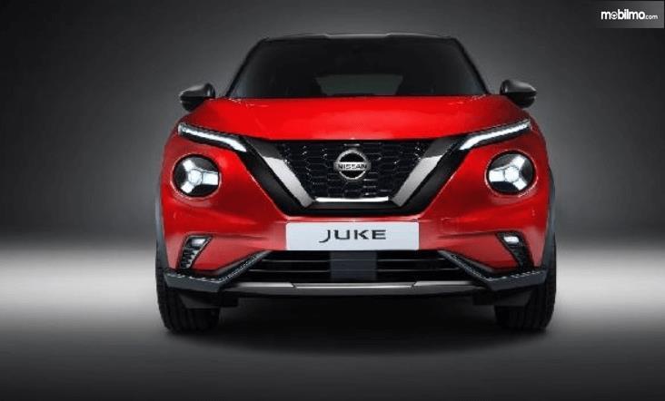 Gambar ini menunjukkan mobil Nissan Juke warna merah tampak bagian depan