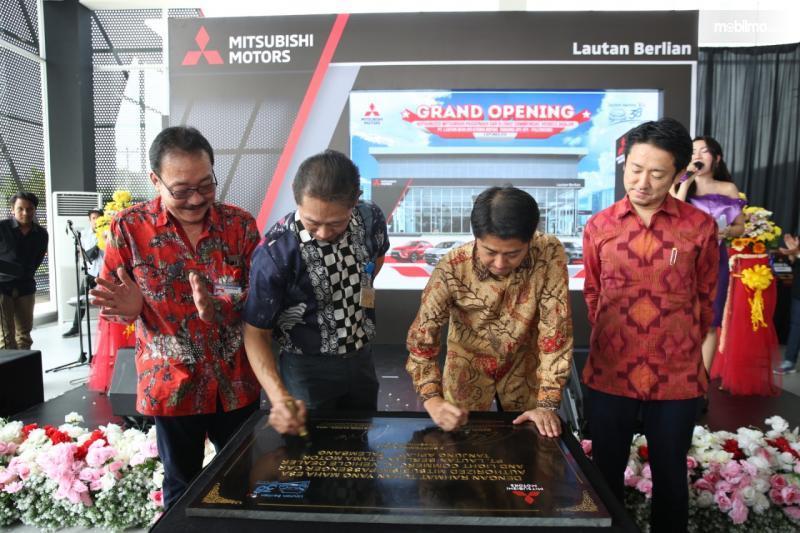 Foto penandatanganan prasasti Peresmian Diler Mitsubishi Lautan Berlian Palembang