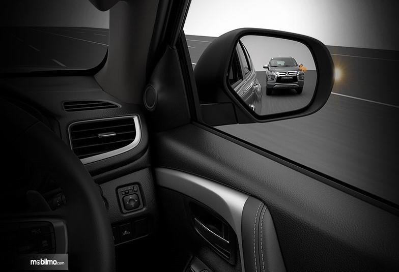 Foto menunjukkan bagaimana fitur Lane Change Assist (LCA) pada Mitsubishi Pajero Sport GT-Premium bekerja