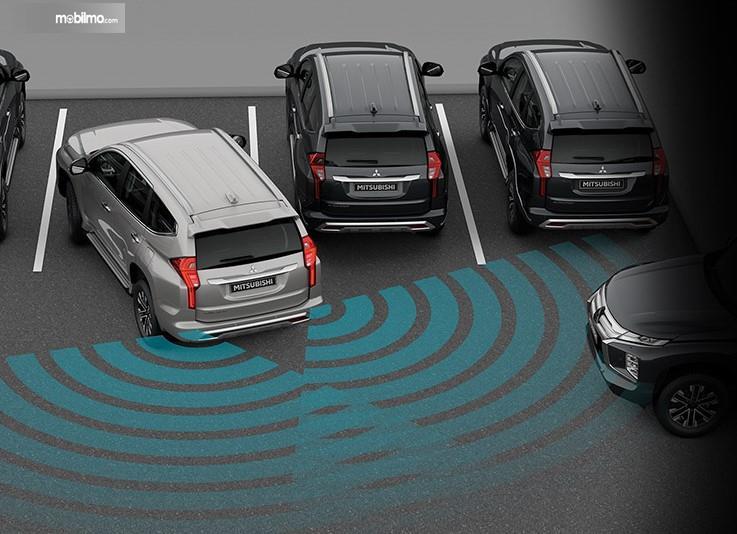Foto menunjukkan bagaimana Rear Cross Traffic Alert (RCTA) pada Mitsubishi Pajero Sport GT-Premium bekerja