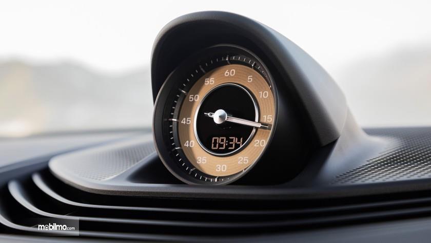 Foto jam analog Porsche Taycan Turbo S dengan desain unik