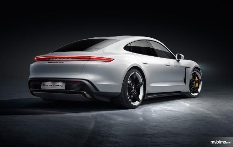 Foto menunjukkan Porsche Taycan Turbo S tampak dari samping depan