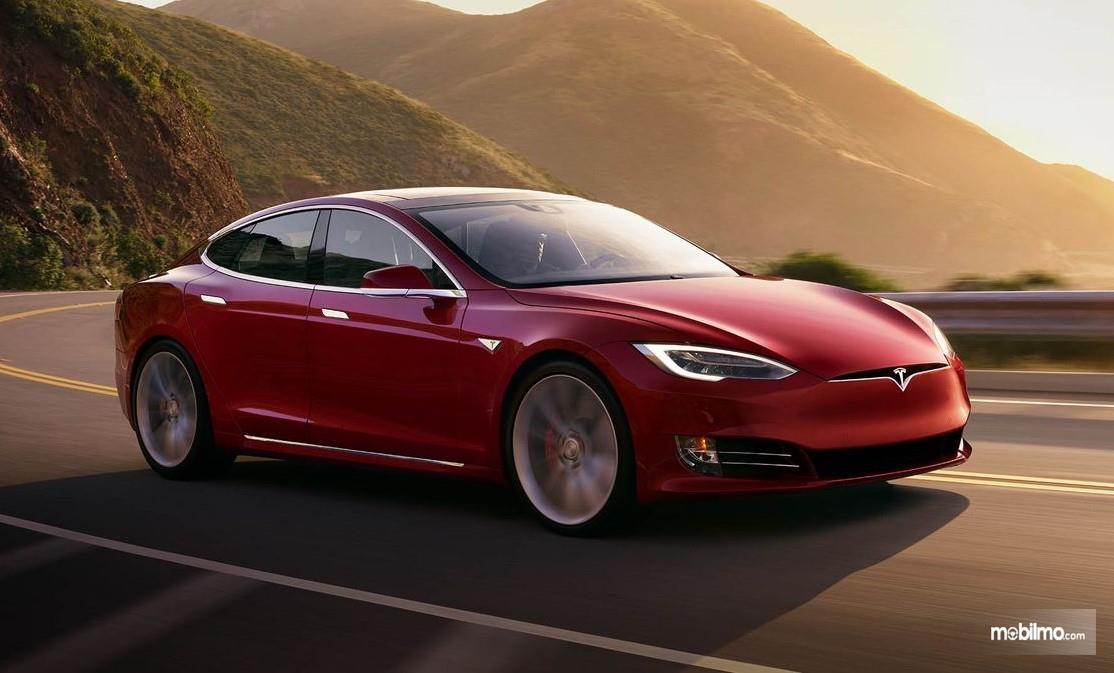 Foto menunjukkan Tesla Model S Performance tampak dari samping depan