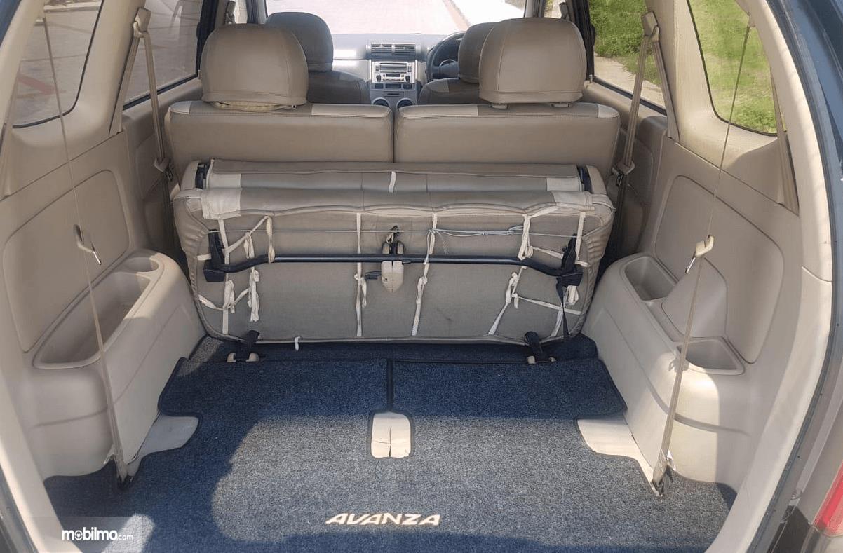 Gambar ini menunjukkan bagasi mobil Toyota Avanza 2008
