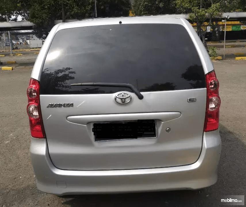 Gambar ini menunjukkan bagian belakang Toyota Avanza 2008