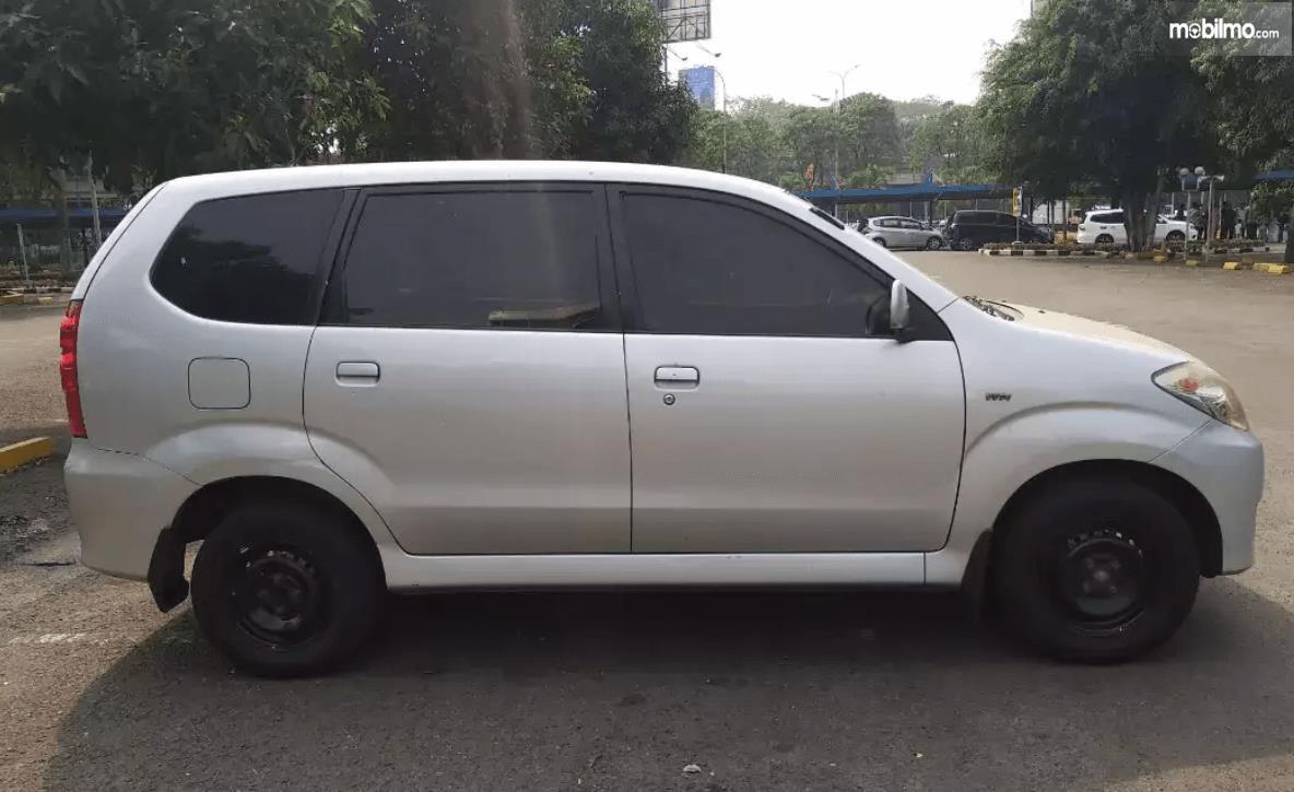 Gambar ini menunjukkan bagtian samping mobil Toyota Avanza 2008