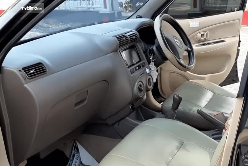 Gambar ini menunjukkan dashboard mobil Toyota Avanza 2008