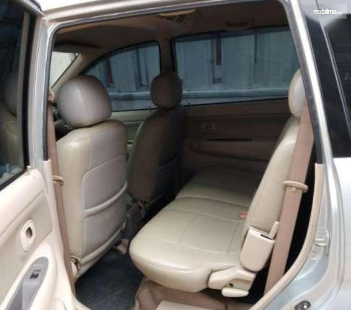 Gambar ini menunjukkan jok baris kedua Toyota Avanza 2008
