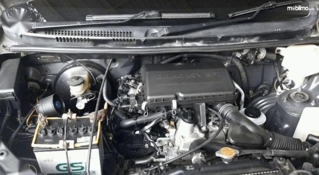 Gambar ini menunjukkan mesin mobil Toyota Avanza 2008