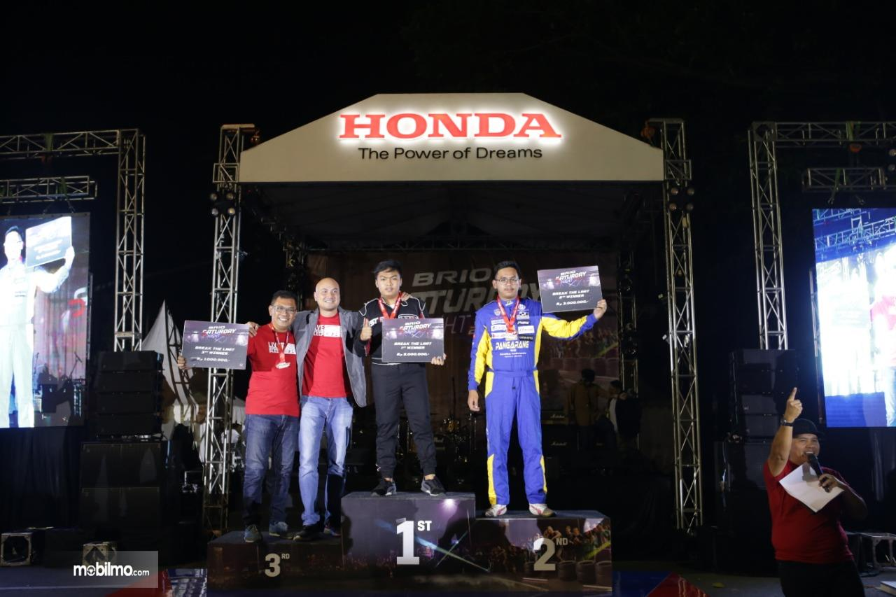 Foto menunjukkan para Brio Saturday Night Challenge seri kedua menerima penghargaan