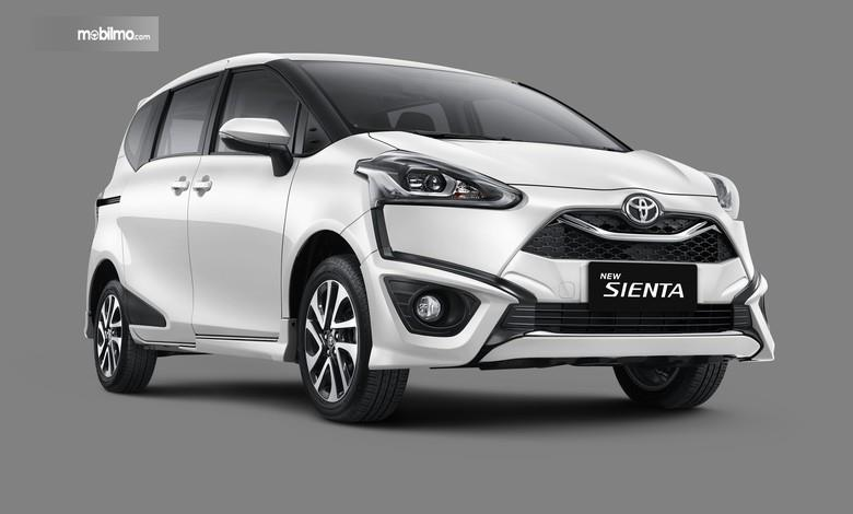 Foto menunjukkan Toyota Sienta 2019 tampak dari samping depan