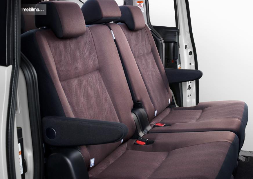 Foto menunjukkan Interior Toyota Sienta 2019 dengan warna baru, burgundy