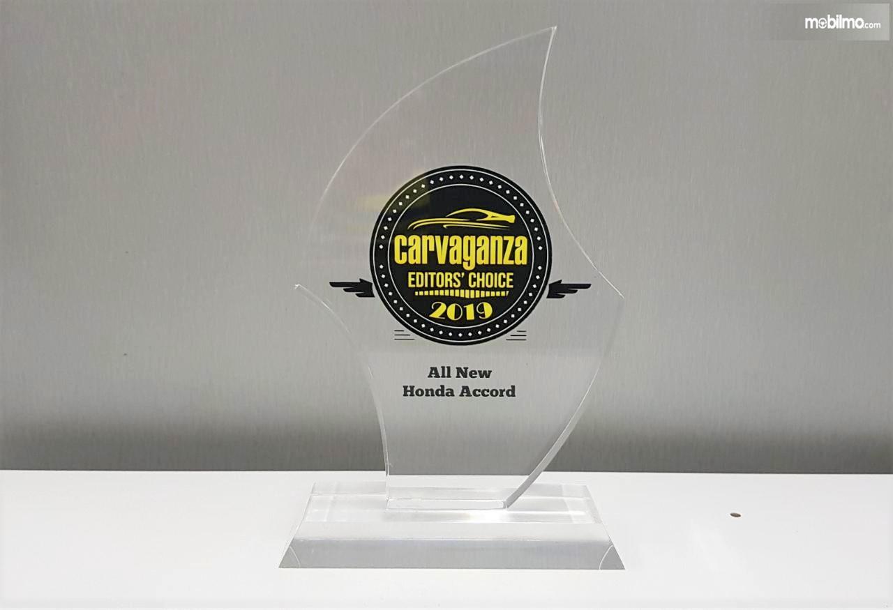 Foto menunjukkan Penghargaan All New Honda Accord yang diterima dari jurnalis Carvaganza