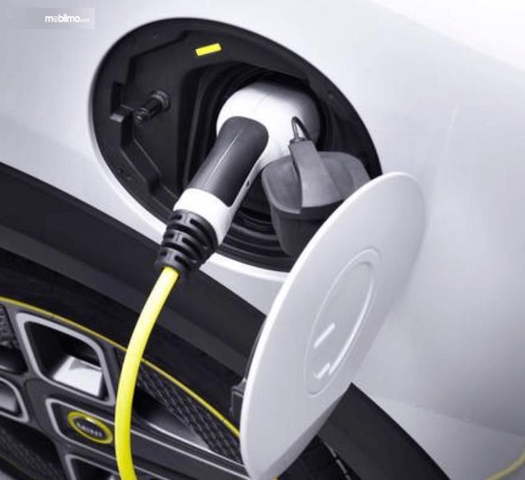 Gambar ini menunjukkan pengisian daya pada mobil listrik