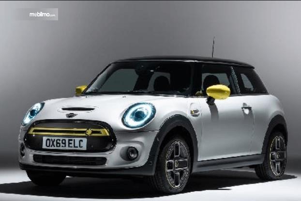 Gambar ini menunjukkan mobil listrik dari Mini yakni Cooper SE tampak bagian depan