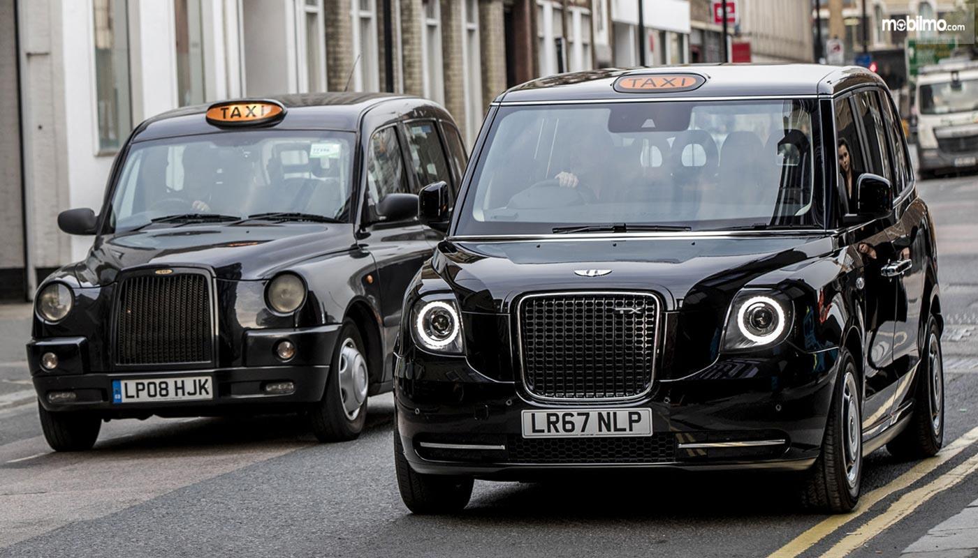 Foto Taxi Black Cabs di Skotlandia, masih dengan identitasnya yang serba hitam