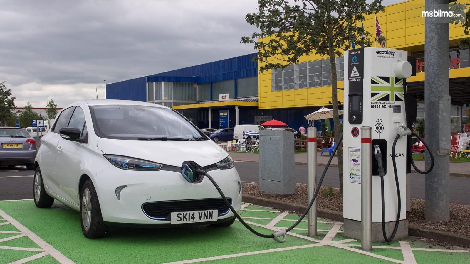 Foto menunjukkan proses pengisian daya mobil listrik