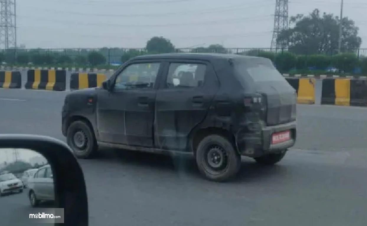 Foto menunjukkan Spy shot mobil baru Suzuki India