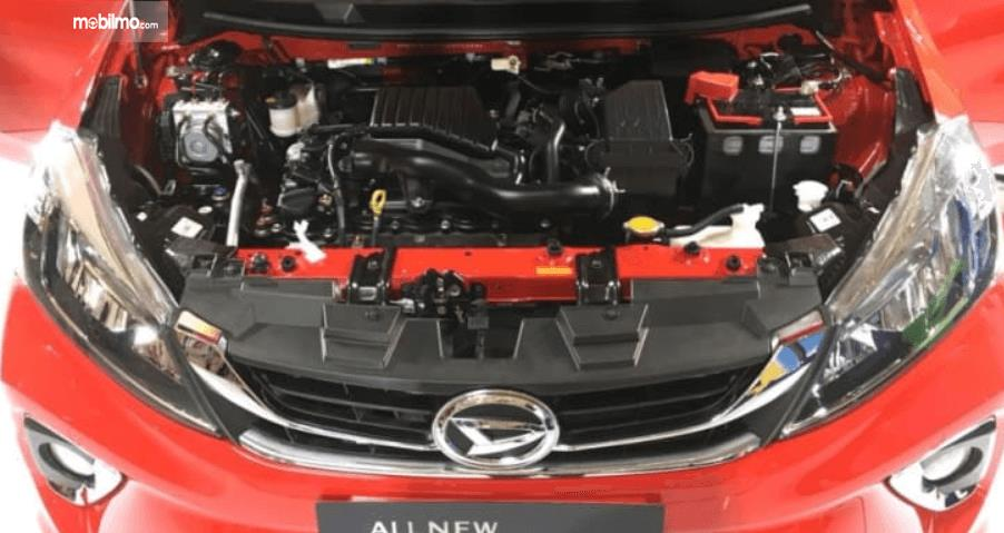 Gambar ini menunjukkan bagian mesin mobil Daihatsu Sirion 2018