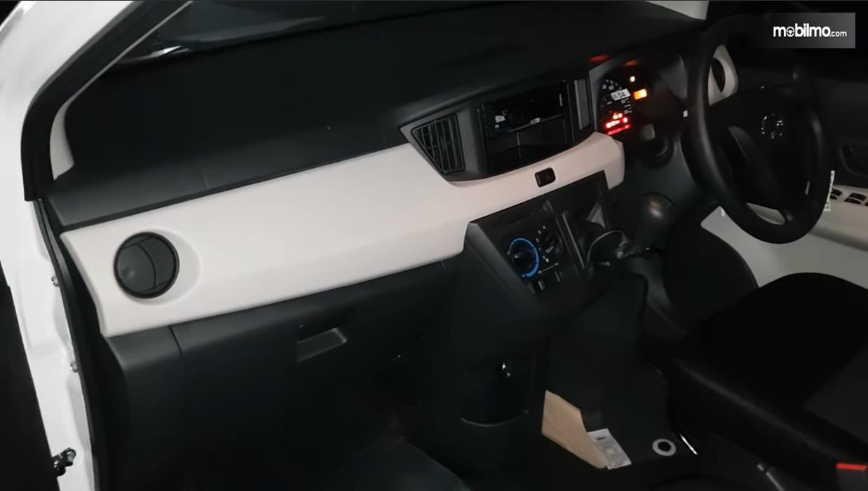 Foto Kabin depan Daihatsu Sigra 1.0 D MT 2016