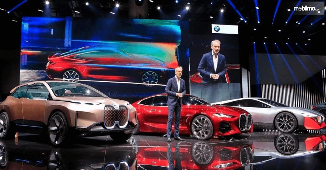 Gambar ini menunjukkan pengenalan desain grille baru milik BMW