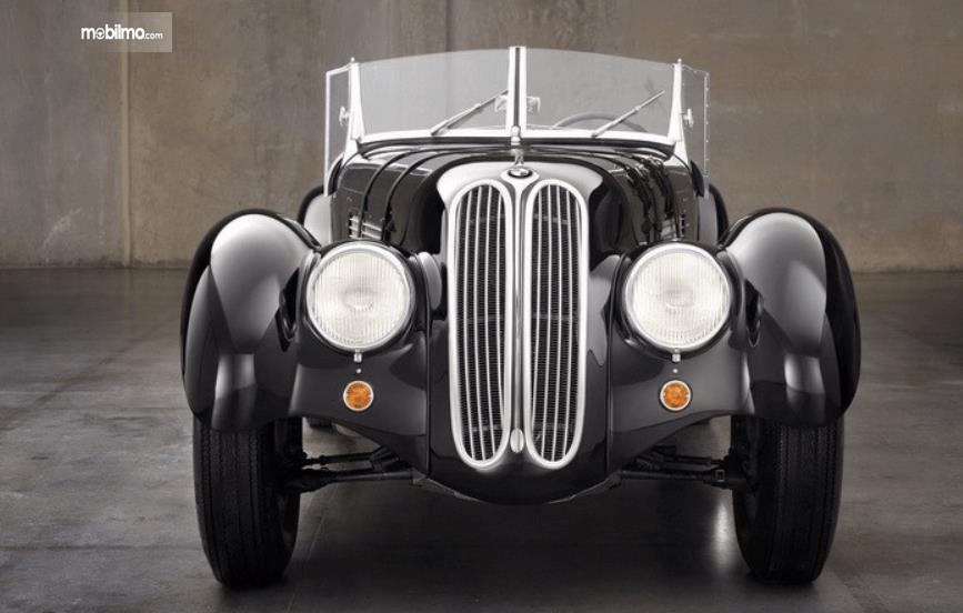 Gambar ini menunjukkan mobil BMW dengan grille memanjang ke atas