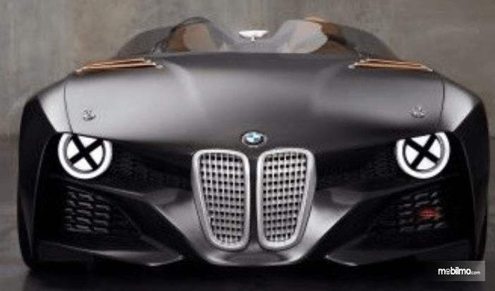 Gambar ini menunjukkan mobil BMW warna hitam dengan desain grille unik