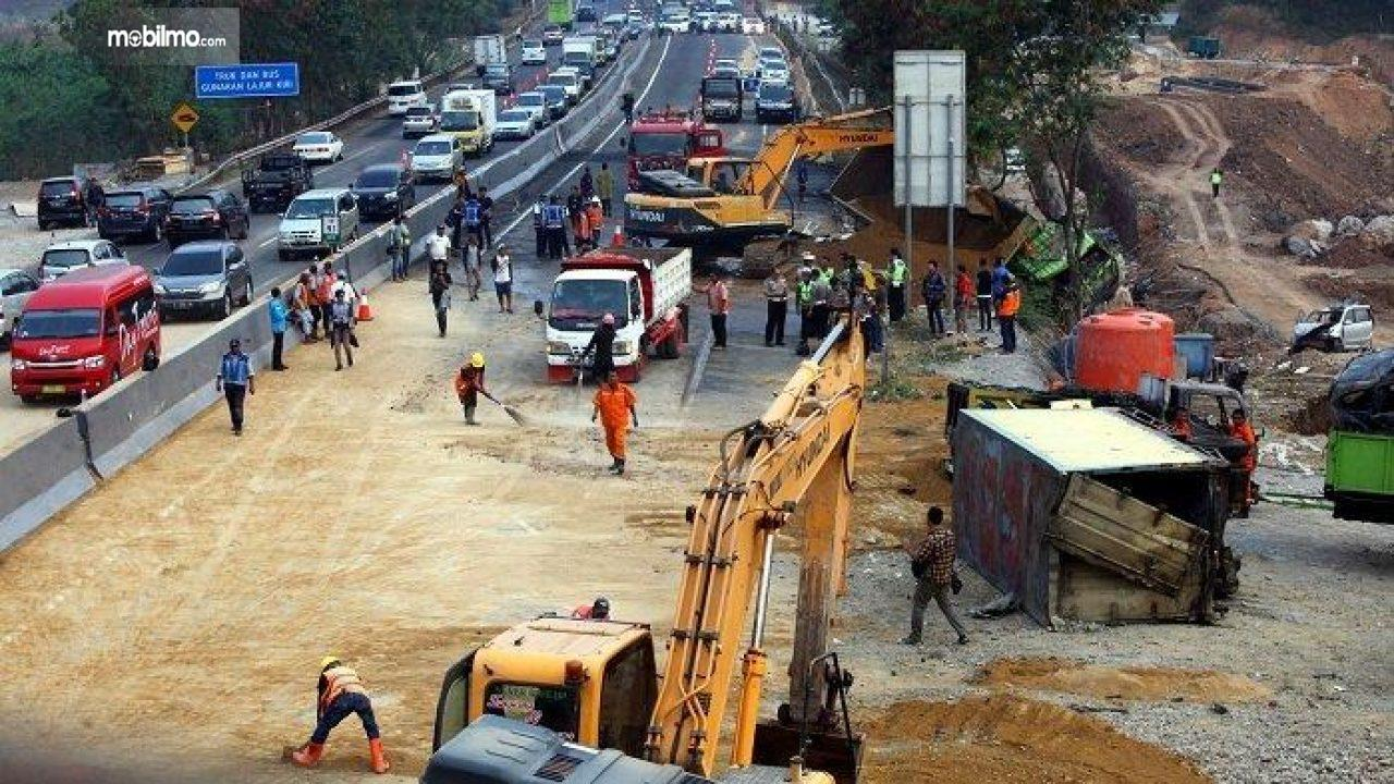 Foto proses Avakuasi usai kecelakaan Tol Cipularang pada 2 September 2019