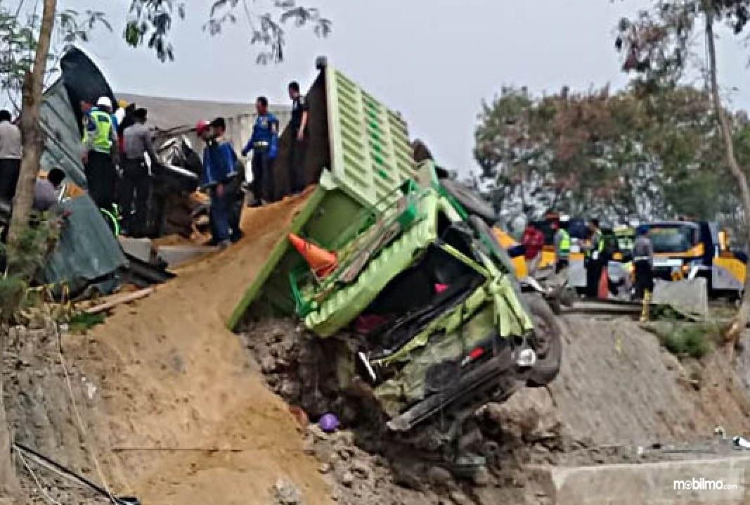Foto truk Hino kedua yang menyebabkan kecelakaan beruntun tol Cipularang