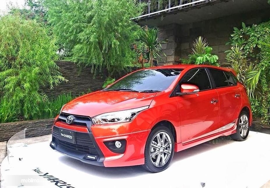 Foto Toyota Yaris 2014 tampak dari samping depan
