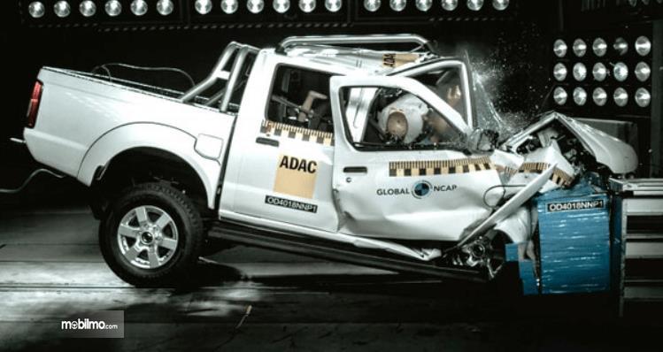 Gambar ini menunjukkan mobil pick up Double Cabin sedang uji tabrak