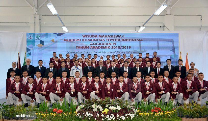 Foto bersama Lulusan Toyota Indonesia Academi 2019