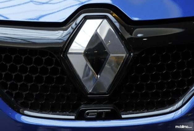 Gambar ini menunjukkan logo Renault pada mobil warna biru