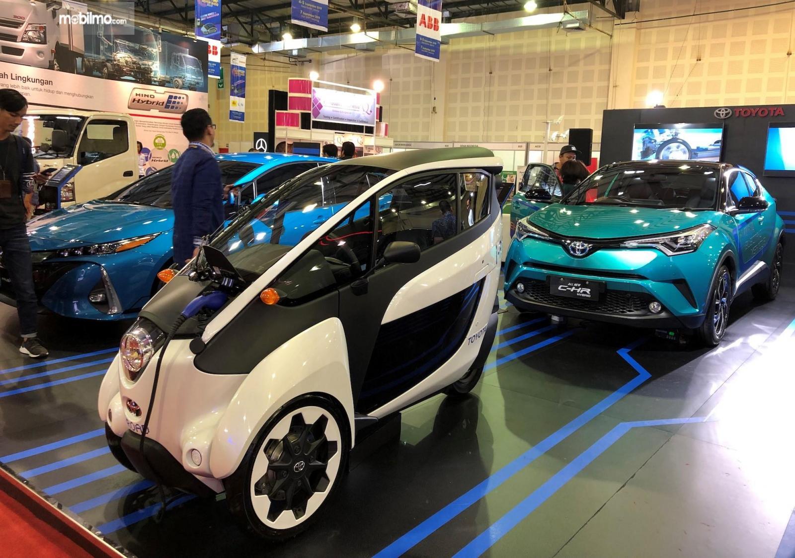 Foto sejumlah mobil dipajang di Booth Toyota dalam pameran kendaraan listrik perdana, IEMS 2019