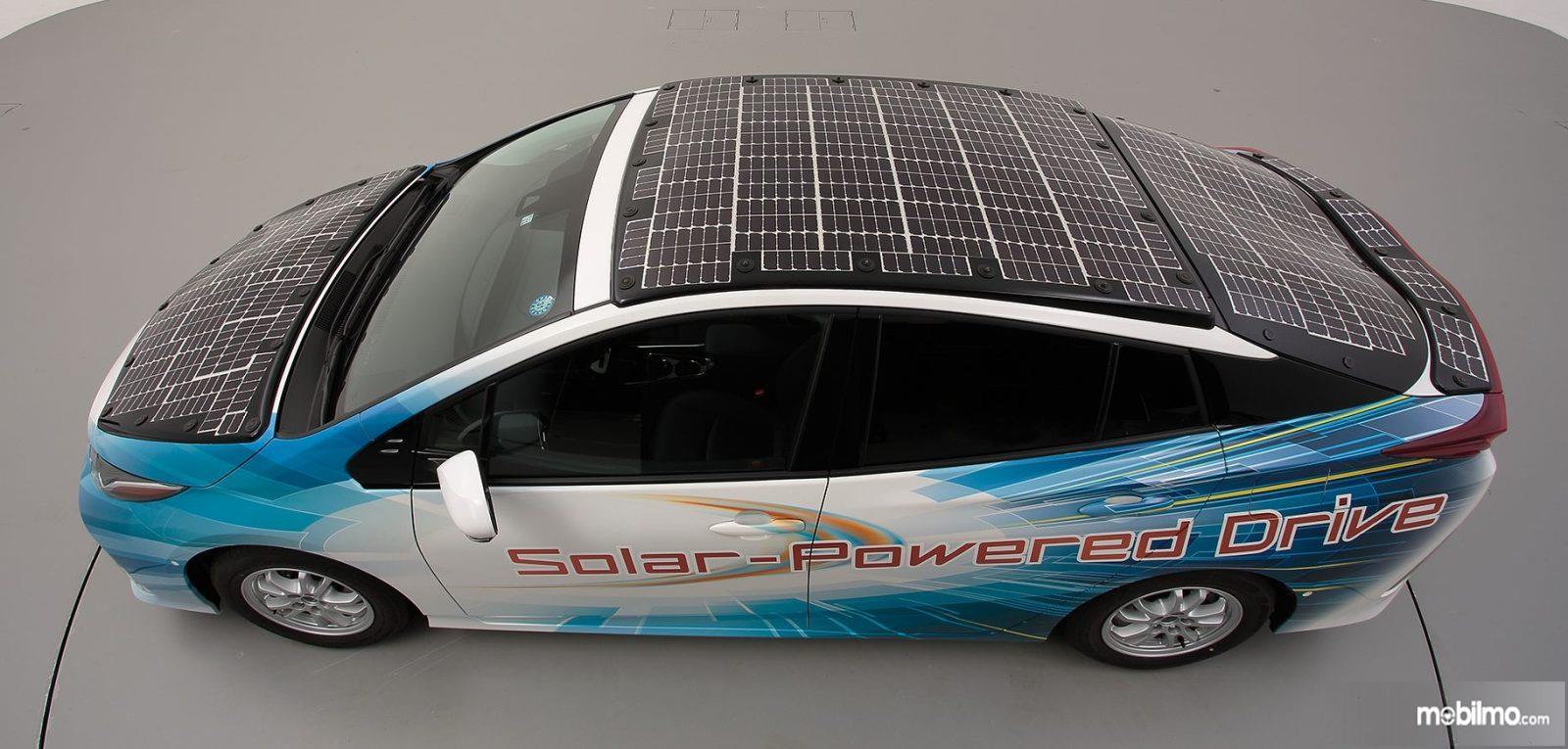 Foto perangkat panel surya pada mobil demo Toyota Prius PHV