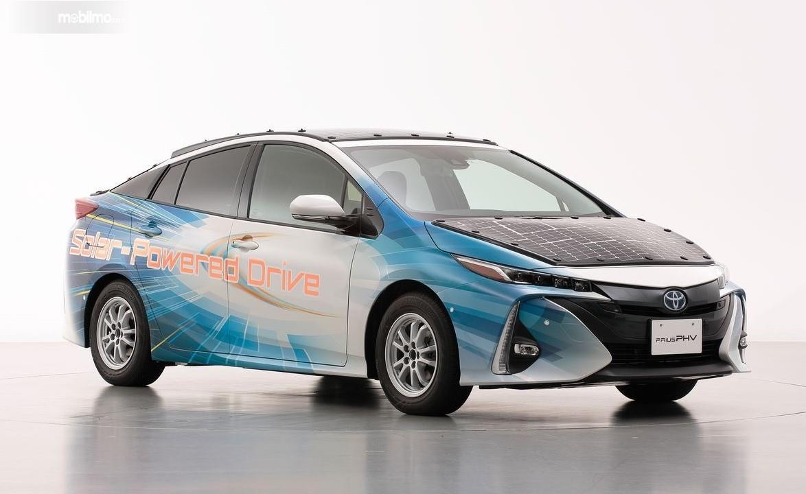Foto menunjukkan Toyota Prius PHV yang diuji coba menggunakan Solar Panel